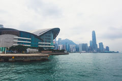 Красивый супер широкоформатный вид с воздуха лета горизонта острова Гонконга, гавани залива Виктории, с небоскребами, голубое неб Стоковое Изображение