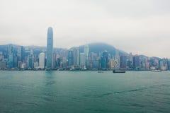 Красивый супер широкоформатный вид с воздуха лета горизонта острова Гонконга, гавани залива Виктории, с небоскребами, голубое неб Стоковые Фото
