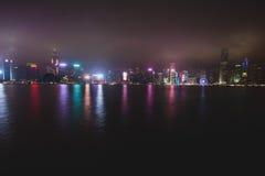 Красивый супер широкоформатный вид с воздуха лета горизонта острова Гонконга, гавани залива Виктории, с небоскребами, голубое неб Стоковые Фотографии RF