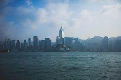 Красивый супер широкоформатный вид с воздуха лета горизонта острова Гонконга, гавани залива Виктории, с небоскребами, голубое неб Стоковые Изображения