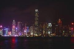 Красивый супер широкоформатный вид с воздуха лета горизонта острова Гонконга, гавани залива Виктории, с небоскребами, голубое неб Стоковое фото RF