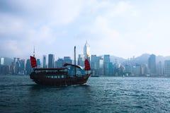 Красивый супер широкоформатный вид с воздуха лета горизонта острова Гонконга, гавани залива Виктории, с небоскребами, голубое неб Стоковая Фотография