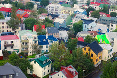 Красивый супер широкоформатный вид с воздуха Reykjavik, Исландии с горами гавани и горизонта и пейзажем за городом, увиденным f Стоковое Изображение