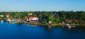 Красивый супер широкоформатный вид с воздуха skerries и пригородов архипелага Стокгольма с классической кроваткой Швеции скандина стоковые изображения