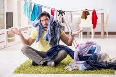 Красивый супруг человека делая laundering дома стоковое фото rf
