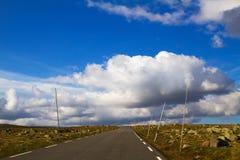 Красивый сценарный ландшафт с дорогой через долину в горах, Норвегию Стоковые Фотографии RF