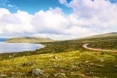 Красивый сценарный ландшафт с дорогой через долину в горах, Норвегию Стоковая Фотография RF
