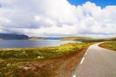 Красивый сценарный ландшафт с дорогой через долину в горах Стоковая Фотография