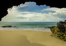 Красивый сценарный взгляд от пещеры утеса азиатского тропического рая пляжа пустыни в Индонезии со сногсшибательным ярким цветом  стоковые изображения rf