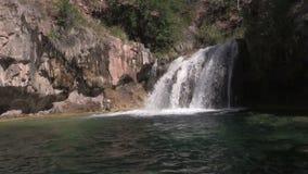 Красивый сценарный водопад сток-видео