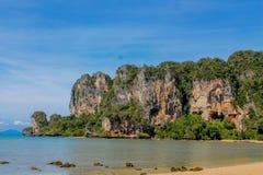 Красивый сценарный ландшафт известняка в Krabi, Таиланде стоковая фотография rf