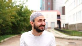 Красивый счастливый бородатый мусульманский человек в городе с удивленной эмоцией Изумляющ, сотрясенная эмоция молодым парнем видеоматериал
