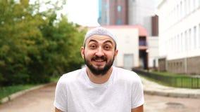 Красивый счастливый бородатый мусульманский человек в смеяться города сток-видео
