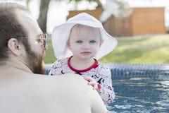 Красивый счастливый выразительный белокурый малыш девушки с предохранением от Солнця Стоковые Изображения