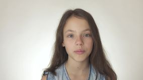 Красивый счастливый девочка-подросток смотрит и удивленным концом-вверх на белом видео отснятого видеоматериала запаса предпосылк сток-видео