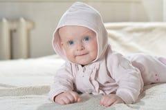 Красивый счастливый младенец после взгляда ванны на камере Стоковое Изображение