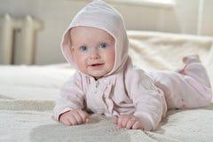 Красивый счастливый младенец после взгляда ванны на камере Стоковое фото RF