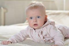 Красивый счастливый младенец после взгляда ванны на камере Стоковые Изображения RF