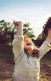 красивый счастливый ребенк наслаждаясь летом outdoors Стоковое Фото