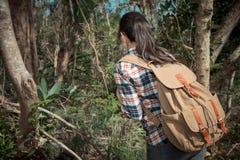 Красивый сладостный hiker женщины смотря природу Стоковые Фото