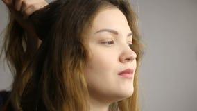 Красивый, с длиной, коричнев-с волосами волосатая девушка, конец-вверх в салоне красоты видеоматериал