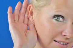 Красивый слух молодой женщины стоковая фотография rf