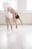 Красивый танец балерины в классе балета Стоковая Фотография RF