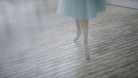 Красивый танцор девушки выполняет элементы классического балета в дизайне просторной квартиры Женские танцы артиста балета конец  Стоковая Фотография RF
