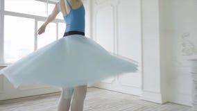 Красивый танцор девушки выполняет элементы классического балета в дизайне просторной квартиры Женские танцы артиста балета конец  Стоковое Изображение