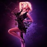Красивый танцор девушки в черном платье в творческом представлении над искусством Стоковая Фотография RF