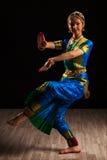 Красивый танцор девушки индийского классического танца Bharatanatyam Стоковые Фотографии RF