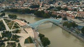 Красивый Тбилиси в 4k - взгляде пешеходного моста от трутня видеоматериал