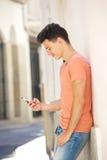 Красивый текст чтения молодого человека на мобильном телефоне Стоковые Фотографии RF