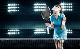 Красивый теннисист женщины празднуя безупречную победу Стоковые Изображения