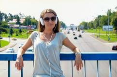 Красивый тонкий стильный студент девушки стоит на мосте автомобиля и Стоковые Изображения RF