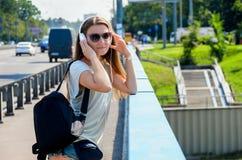 Красивый тонкий стильный студент девушки стоит на мосте автомобиля и Стоковое фото RF