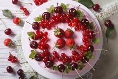 Красивый торт с взгляд сверху свежих ягод горизонтальным Стоковые Фотографии RF