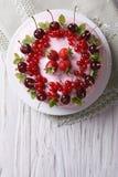 Красивый торт с концом-вверх взгляд сверху свежих ягод горизонтальным Стоковая Фотография RF