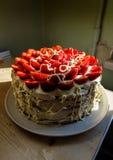Красивый торт с сочными красными клубниками и очень вкусной взбитой сливк стоковое изображение