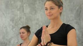 Красивый тренер йоги женщин практикуя в занятиях йогой Стоковое Изображение