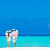 Красивый тропический ландшафт пляжа с семьей внутри стоковые фото