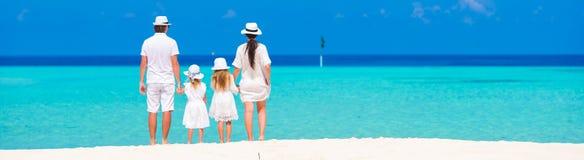 Красивый тропический ландшафт пляжа с семьей внутри стоковые изображения rf