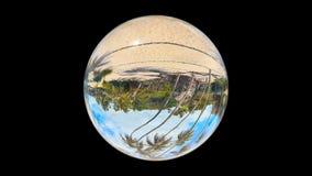 Красивый тропический ландшафт увиденный до конца стеклянному шару, на черноте, петля сток-видео