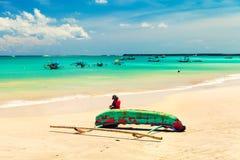 Красивый тропический остров Бали пляжа с песчаным пляжем и лазурной чистой морской водой на небе ясности пейзажа предпосылки голу стоковые фото