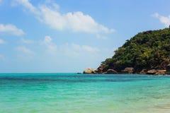 Красивый тропический одичалый пляж в острове Samui, Таиланде Стоковые Фото