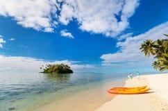 Красивый тропический пляж на экзотическом острове в Тихий Океан Стоковые Изображения RF