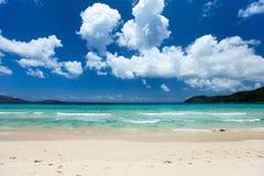 Красивый тропический пляж на Вест-Инди Стоковые Изображения