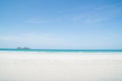 Красивый тропический пляж с белым песком Стоковые Фотографии RF