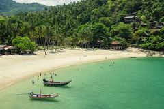 Красивый тропический пляж с шлюпками Стоковое Изображение