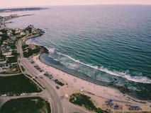 Красивый трутень пляжа снятый с сумасшедшим открытым морем стоковое фото rf